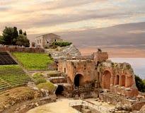 amphitheateren fördärvar den sicily taorminaen arkivbilder