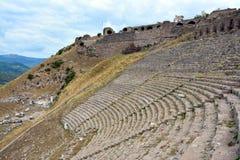 Amphitheatre in den Ruinen der alten Stadt von Pergamon, die Türkei lizenzfreie stockfotografie