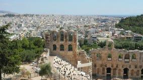 Amphitheatre en la acrópolis con la opinión de la ciudad de Atenas, Grecia, 4k almacen de metraje de vídeo