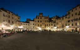 Amphitheatre-Quadrat in Lucca lizenzfreie stockfotos