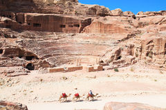 Amphitheatre sneed in de rots in Petra, Jorda Stock Fotografie