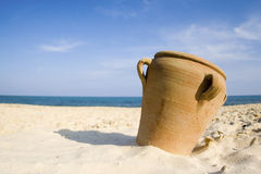 Amphora sulla spiaggia della sabbia Fotografia Stock