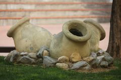 Amphorae在庭院里 库存图片