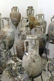 Amphorae在古老海难发现了 免版税库存图片