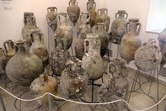 Amphorae在古老海难发现了 免版税图库摄影