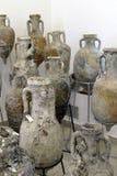 Amphorae在古老海难发现了 免版税库存照片