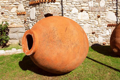 Amphorae Kvevri, buque del vino de la loza de barro para la fermentación, el almacenamiento y el envejecimiento del vino en el pa Fotografía de archivo libre de regalías