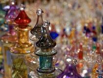 Amphorae met etherische oliën voor parfum van Arabische landen stock foto's