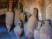 Amphore en Roman Wine Shop, enterré par éruption du Vésuve à Herculanum Photographie stock libre de droits