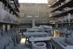 Amphores de Pompéi et pétrifié romains image stock
