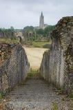 Amphtitheatre in Saintes con la vista sulla chiesa Fotografie Stock