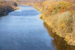 Ampi bei allungamenti del fiume all'orizzonte Immagine Stock Libera da Diritti