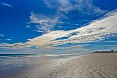 Ampi spiaggia e cielo blu vuoti Fotografie Stock Libere da Diritti