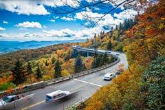 Ampia curva di Linn Cove Viaduct durante l'autunno immagini stock libere da diritti