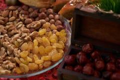 Ampia raccolta dei dadi, dei semi e dei frutti secchi in ciotole di legno marroni Immagini Stock