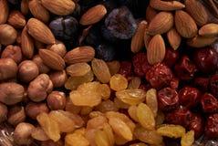Ampia raccolta dei dadi, dei semi e dei frutti secchi in ciotole di legno marroni Fotografia Stock