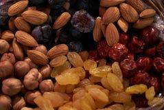 Ampia raccolta dei dadi, dei semi e dei frutti secchi in ciotole di legno marroni Fotografia Stock Libera da Diritti