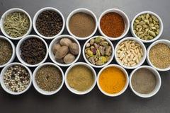 Ampia raccolta delle spezie differenti e delle erbe isolate sul nero Immagine Stock