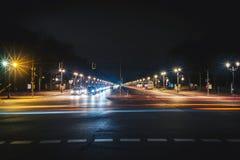 Ampia strada di città lunga alla notte immagini stock