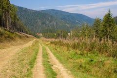 Ampia strada in montagne Immagini Stock Libere da Diritti