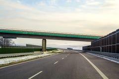 Ampia strada principale vuota liscia moderna dell'asfalto che allunga all'orizzonte u Immagini Stock