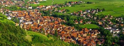 Ampia vista aerea panoramica dell'Alsazia, Ribeauville Valle verde fotografia stock libera da diritti