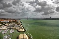 Ampia vista 25 de Abril Bridge a Lisbona sopra il Tago Fotografia Stock Libera da Diritti