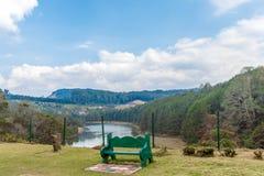 Ampia vista del lago verde smeraldo fotografia stock libera da diritti