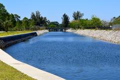 Ampie rocce del canale ed acqua blu Immagine Stock Libera da Diritti