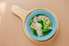 Ampie tagliatelle di riso in sugo Fotografia Stock