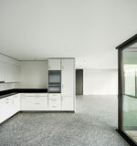 Ampio appartamento, cucina moderna Fotografie Stock