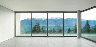Ampio appartamento, stanza con le finestre Immagini Stock