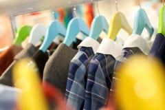 Ampio assortimento dei vestiti alla moda in negozio Fotografia Stock