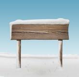 Ampio cartello di legno con meno neve e cielo blu Immagini Stock Libere da Diritti