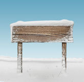 Ampio cartello di legno con neve e cielo blu Immagini Stock Libere da Diritti
