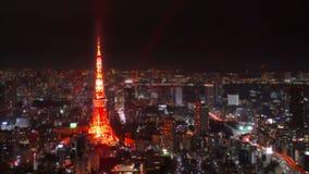 Ampio colpo al rallentatore aereo della torre alla notte, Giappone di Tokyo. video d archivio