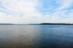 Ampio fiume contro cielo blu immagini stock