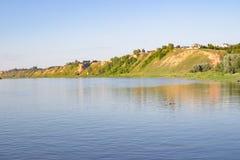 Ampio fiume e l'alta banca Fotografia Stock Libera da Diritti