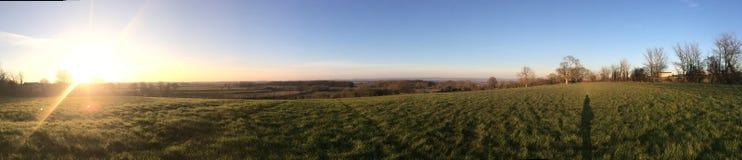 Ampio paesaggio panoramico con cielo blu ed il tramonto Immagine Stock