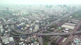 Ampio panorama aereo di vista superiore dell'intersezione e delle costruzioni di Bangkok video d archivio