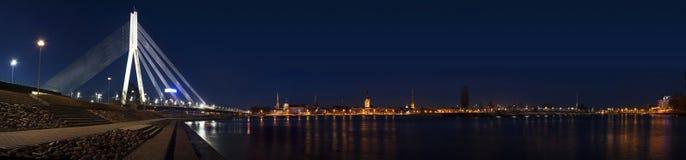 Ampio panorama di vecchia Riga con il ponte fotografie stock libere da diritti