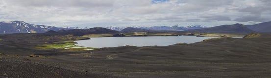 Ampio panorama variopinto, vista panoramica su paesaggio con le montagne ed i laghi innevati vulcanici del cratere e le strade sp Fotografie Stock