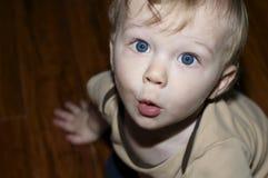 Ampio ragazzo osservato che sembra sorpreso Fotografia Stock