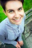 Ampio sorridere della donna nella macchina fotografica Fotografia Stock