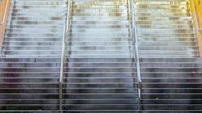 Ampio volo di panorama delle scale con i corrimani brillanti del metallo al di sotto di una costruzione fotografie stock