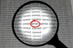 Ampliação ou centrar-se sobre o conceito do erro da palavra Imagens de Stock