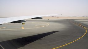 Amplia área para las pistas del despegue y de aterrizaje Pista cubierta con las marcas amarillas almacen de video