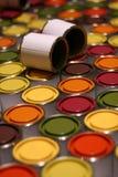 Amplia gama de las latas de la pintura Imagen de archivo libre de regalías