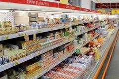 Amplia gama del queso procesado en estantes del supermercado Opci?n de mercanc?as lechosas foto de archivo libre de regalías