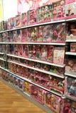 Amplia selecci?n de mu?ecas para las muchachas en tienda de los ni?os Departamento interior del juguete fotos de archivo libres de regalías